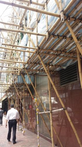 Andaimes (de bambu!) e caçambas nas ruas me lembraram o Brasil