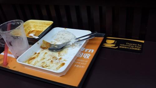 """""""Boas maneiras"""": o mocinho simplesmente ignorou a placa ao lado, pedindo para devolvermos a bandeja ao terminarmos de comer"""