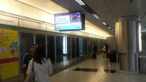 No aeroporto, prestes a pegar o metrô rumo ao hotel: 29 graus (^o^)/