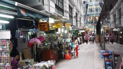 Comércio popular, nos becos entre os prédios de luxo